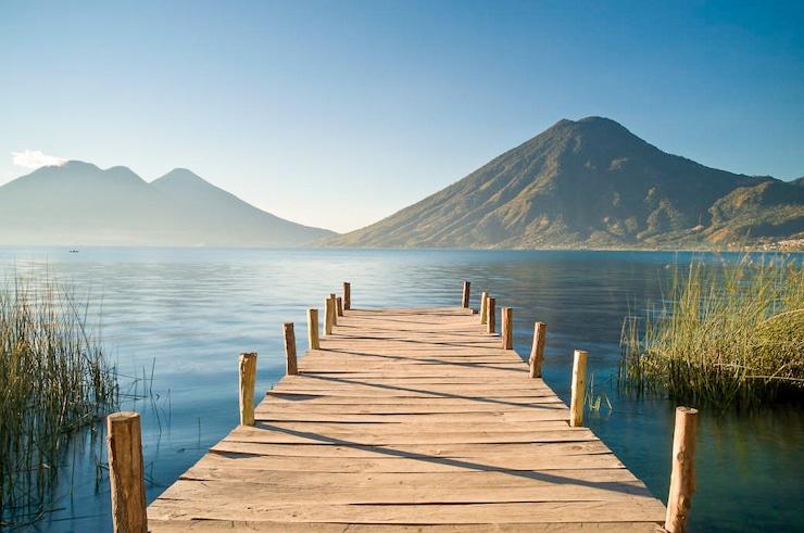 Lake Atitlan mit Vulkan in San Pedro Guatemala