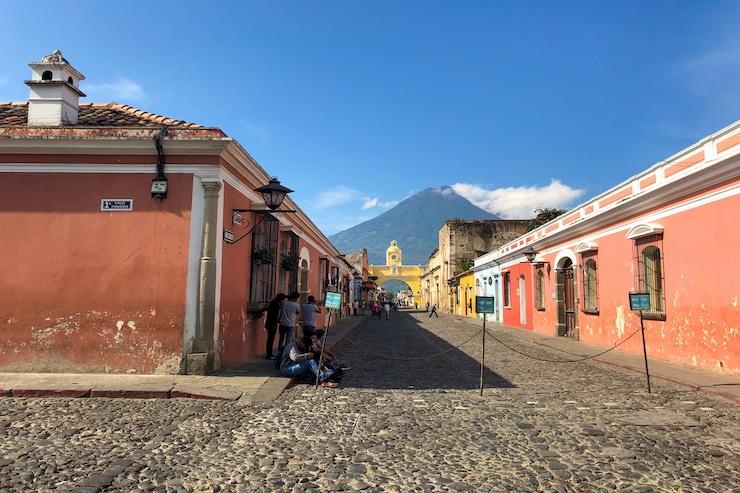 Bunte Häuser in Antigua Guatemala mit Ausblick auf Vulkan