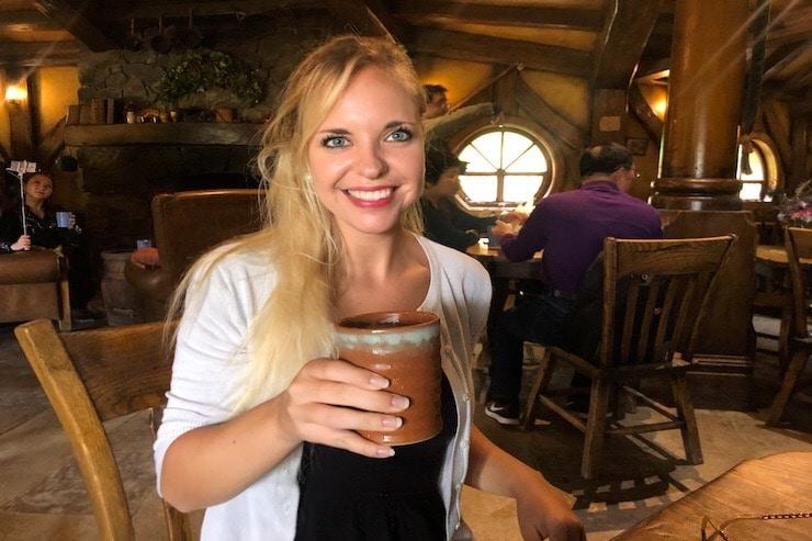 Frau trinkt Apple Cider in Green Dragon Pub