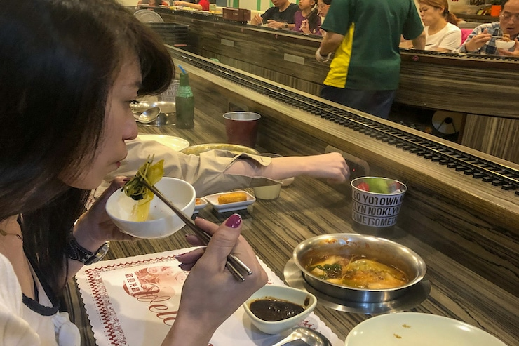 Hot Pot Essen mit Stäbchen in Taiwan