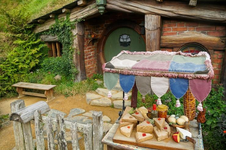 Käse vor Hütte in Hobbiton