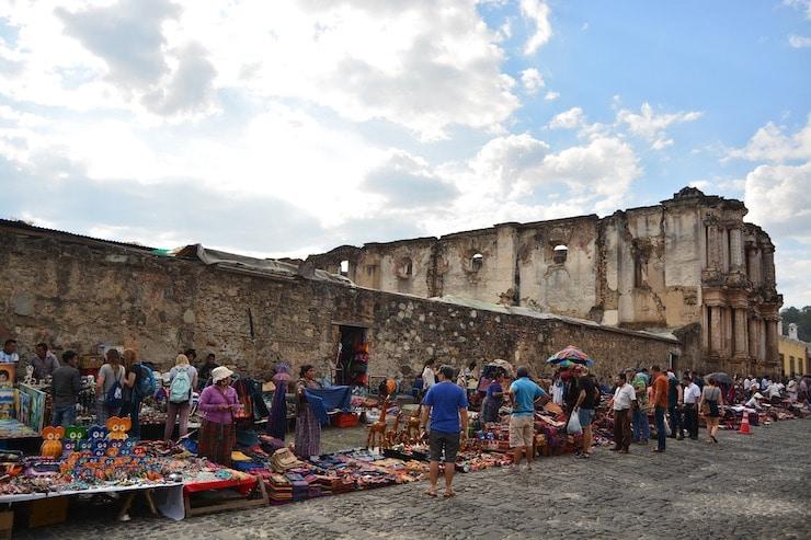 Markt an den Ruinen in Antigua Guatemala